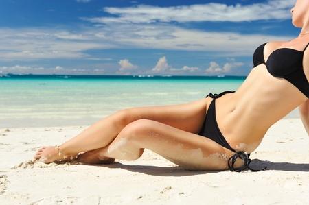 niñas en bikini: Mujer con hermoso cuerpo en una playa tropical