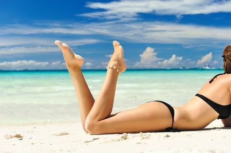 niñas en bikini: Chica en una playa tropical