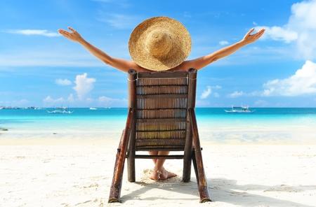 strandstoel: Meisje op een tropisch strand met hoed