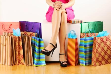 compras chica: Bolsas y piernas de la mujer  Foto de archivo