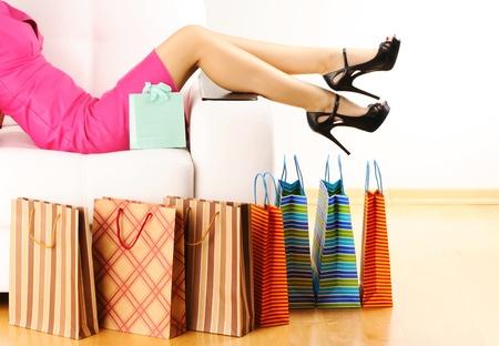 faire les courses: La femme de jambes et de sacs � provisions