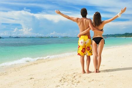 Красивая пара на тропическом пляже