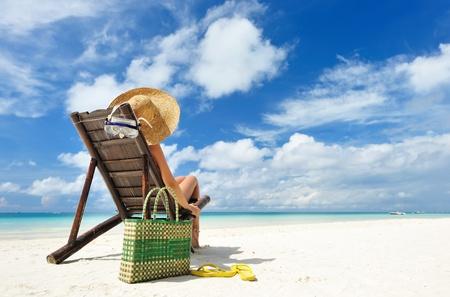 sandalias: Chica en una playa tropical con sombrero