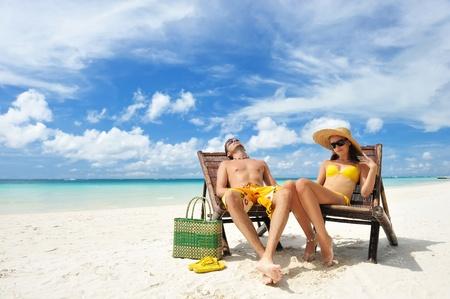 熱帯のビーチ カップルします。 写真素材