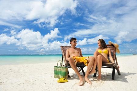 sandalia: Pareja en una playa tropical Foto de archivo