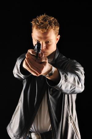 fusils: Homme tenant un fusil avec sur noir Banque d'images