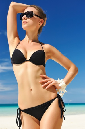 ni�as en bikini: Mujer con hermoso cuerpo en una playa tropical