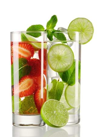 jugo verde: C�cteles Mojito - originales y fresas aislaron en blanco