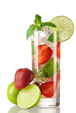 coctel de frutas: C�ctel fresa mojito aislado en blanco Foto de archivo