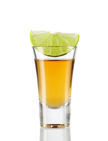 shot glasses: Tequila girato con calce isolata on white Archivio Fotografico