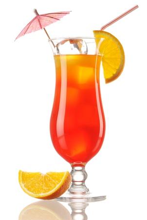 alimentos y bebidas: Cóctel de Tequila Sunrise aislado en blanco Foto de archivo
