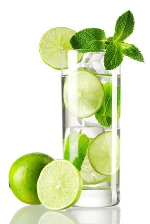 lima limon: C�ctel Mojito aislado en blanco Foto de archivo