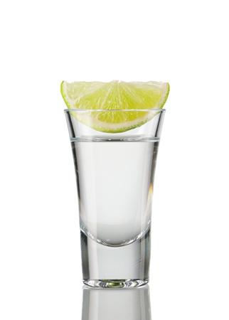 Tequila shot mit Kalk, isoliert auf weiss Standard-Bild