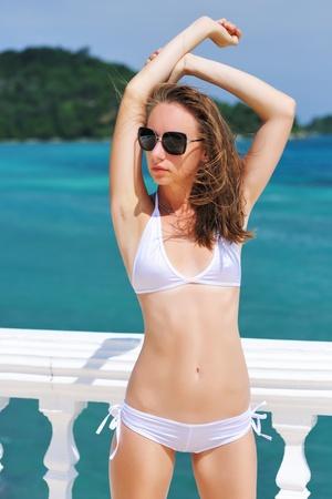 niñas en bikini: Chica en un resort tropical