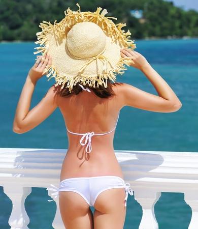petite fille maillot de bain: Fille sur une station tropicale avec chapeau