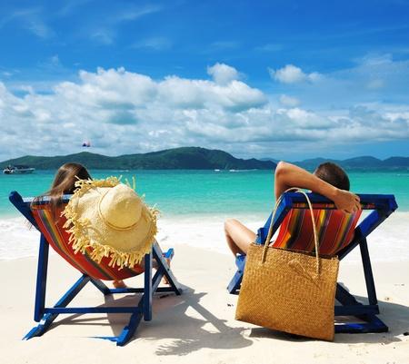 旅遊: 情侶在熱帶海灘 版權商用圖片