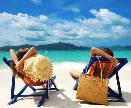Paar auf einem tropischen Strand Standard-Bild