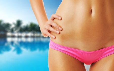 ni�as en bikini: Chica en la piscina tropical. Collage.