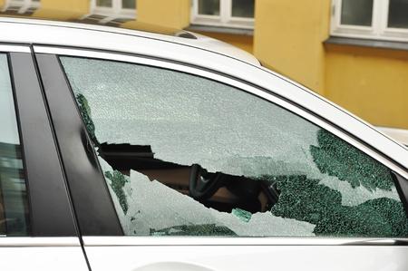 car theft: Ventanilla del copiloto roto, el robo de autom�viles Foto de archivo