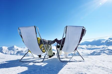 Paar bij bergen in de winter, Val-d'Isère, Alpen, Frankrijk