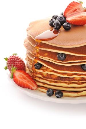 hot cakes: Deliciosos panqueques reci�n preparadas con fresas y ar�ndanos aislado en blanco