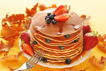 pancakes: Delicious freshly prepared pancakes with strawberry and blueberries