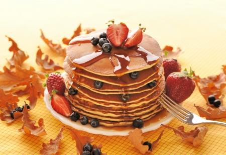 hot cakes: Deliciosas tortitas reci�n preparadas con fresas y ar�ndanos
