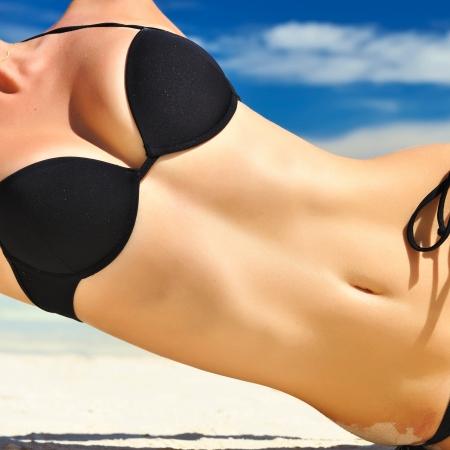 femme noire nue: Femme avec beau corps sur une plage tropicale