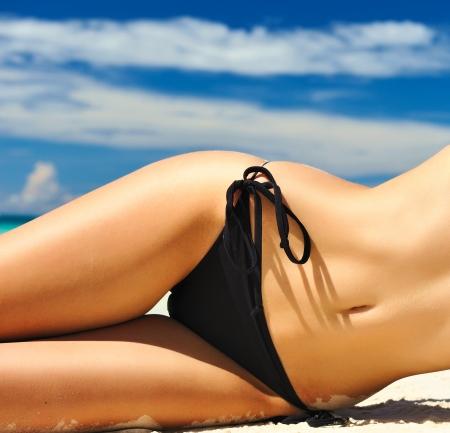 nue plage: Femme avec beau corps sur une plage tropicale