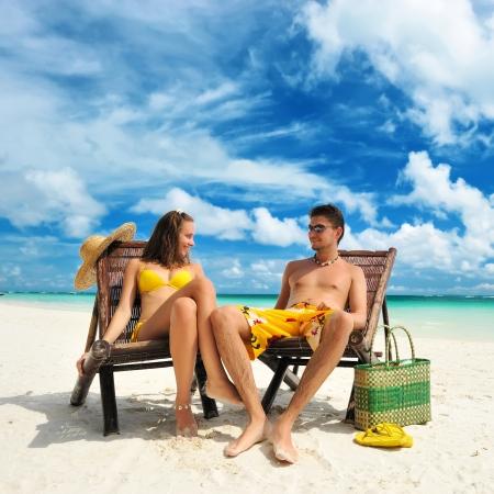 Pareja en una playa tropical Foto de archivo