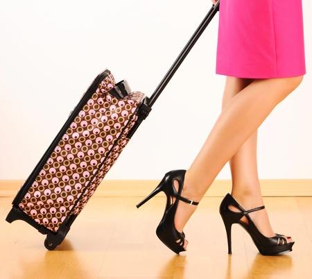 femme valise: Femme de jambes et valises de voyage Banque d'images