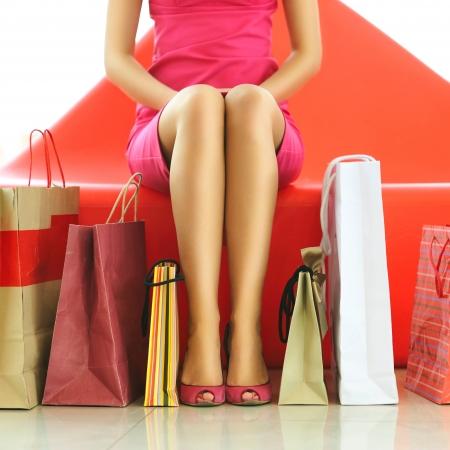 chicas de compras: Mujer con bolsas en el centro comercial Foto de archivo