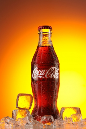 Moscú, Rusia - 22 de mayo de 2011: clásica botella de Coca-Cola en el hielo foto de estudio. Clásica botella de coca-cola en el hielo. Editorial