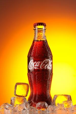 Mosca, Russia - 22 maggio 2011: classica bottiglia di Coca-Cola nel ghiaccio studio shot. Classica bottiglia di coca-cola in ghiaccio. Editoriali