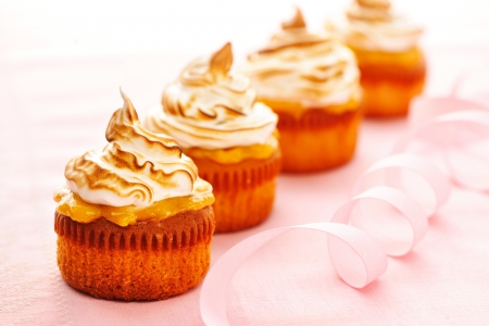 cup cakes: Cupcakes with whipped cream and icing