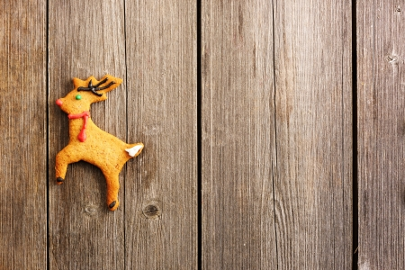 galleta de jengibre: Navidad hecha en casa de pan de jengibre ciervo sobre la mesa de madera