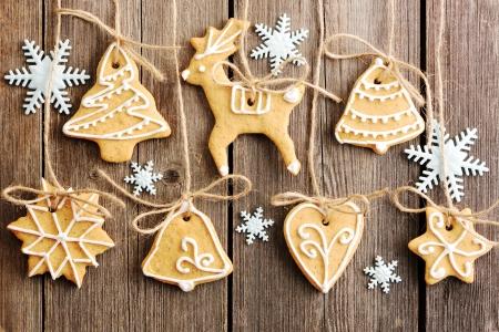 campanas navidad: Navidad hechas en casa galletas de jengibre sobre tabla de madera