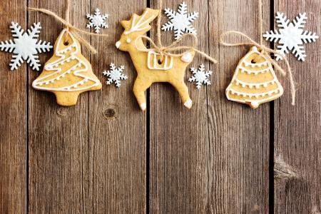 galletas de navidad: Navidad hechas en casa galletas de jengibre sobre tabla de madera