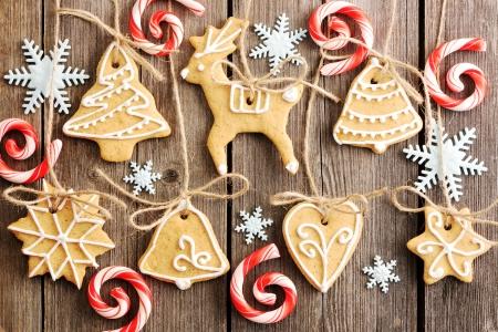galleta de jengibre: Navidad hechas en casa galletas de jengibre sobre tabla de madera