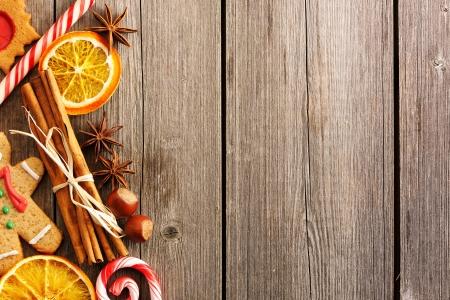 weihnachtskuchen: Weihnachten hausgemachte Lebkuchen und Gewürze auf Holztisch