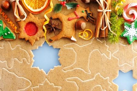 galletas de jengibre: Navidad especias y galletas de pan de jengibre más masa hecha en casa