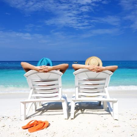 silla playa: Pareja en una playa tropical Foto de archivo