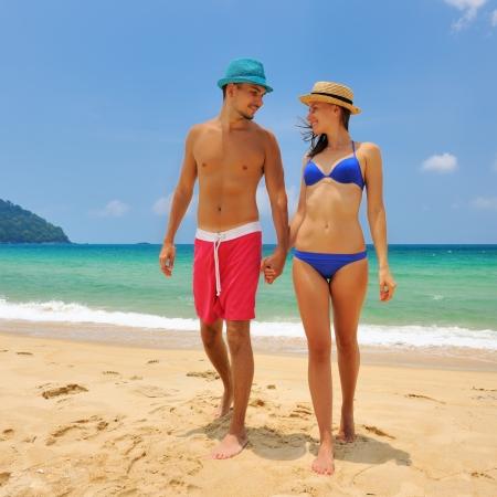 parejas caminando: Pareja en una playa tropical Foto de archivo