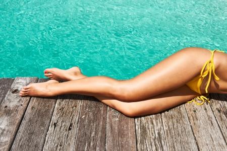 sexy beine: Woman Beine am Strand Bootssteg Lizenzfreie Bilder