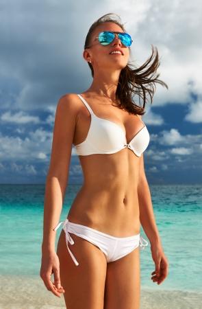 ni�as en bikini: Mujer en bikini en la playa tropical