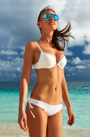 badpak: Vrouw in bikini op tropisch strand Stockfoto