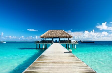 Hermosa playa con embarcadero en Maldivas Foto de archivo