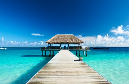 Schöner Strand mit Steg auf den Malediven Standard-Bild - 18424045