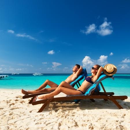 mujeres sentadas: Pareja en una playa tropical en Maldivas