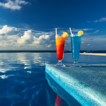 Cocktails near the swimming pool Stock Photo - 18423990